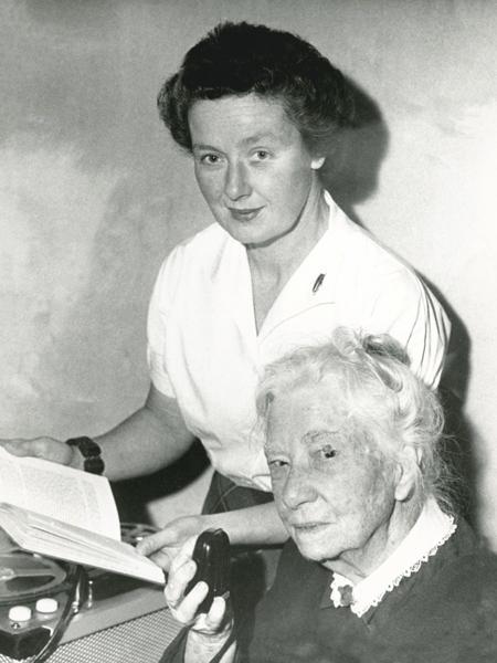 Hazel de Berg interviewing