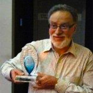 Frank Heimans with his award